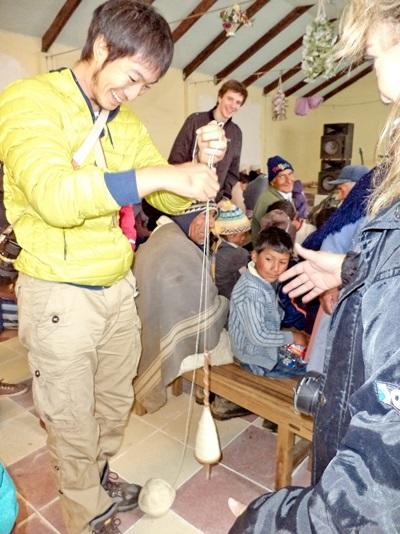 亞洲志工在南美的玻利維亞臬習當地的手工藝製作方法
