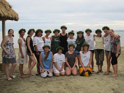 一群Projects Abroad志工在斐濟海灘合照留念