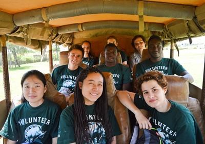 Projects Abroad志工在肯雅與另一名志工和員工一起旅行,順道能夠學習英語