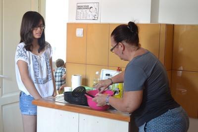 在東歐,當地的寄宿家庭媽媽教導Projects Abroad志工一些羅馬尼亞傳統菜色