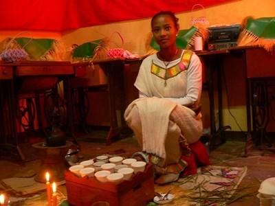 埃塞俄比亞女孩穿著當地傳統服飾
