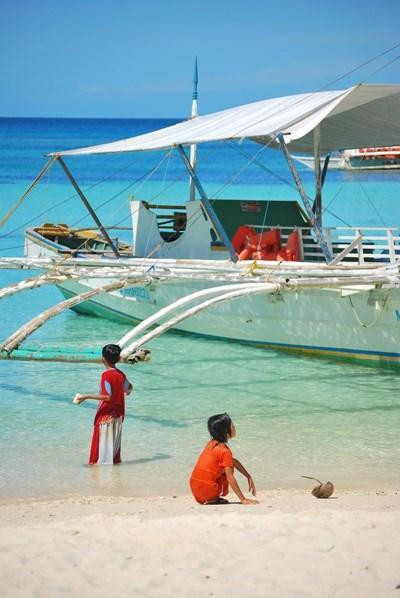 菲律賓孩子在海灘上玩樂
