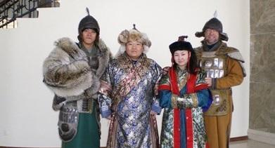 志工穿上傳統的蒙古服飾,認識當地的風俗文化