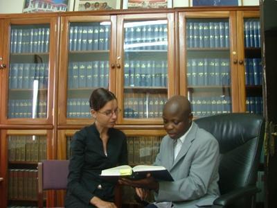 法律實習生與加納的法律事務所職員討論案例