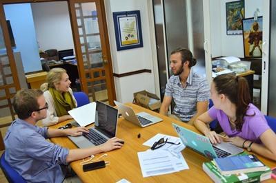 Projects Abroad人權實習生相約在摩洛哥辦事處見面討論他們當天的工作情況
