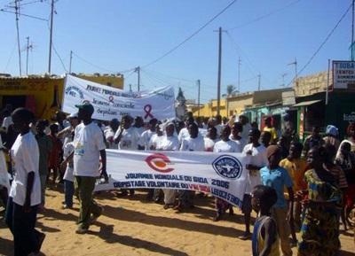 人權實習生在塞內加爾參與關於預防愛滋病的遊行活動
