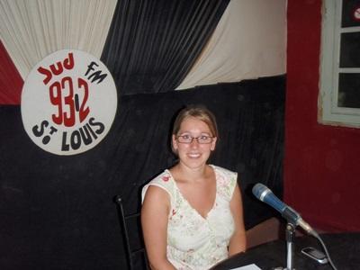人權實習生在塞內加爾一個電台節目講解一些人權議題