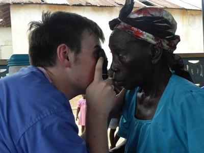 志工參與海外醫療選修工作為當地婦女進行簡單身體檢查