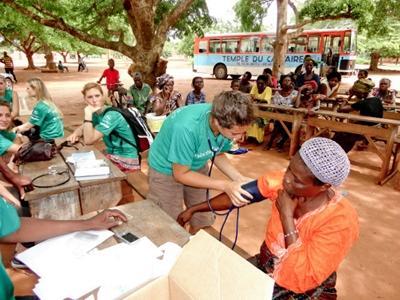 醫學選修實習生檢查牙買加病患的血壓