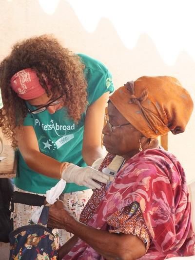 多哥婦女接受Projects Abroad醫學項目實習生的診療