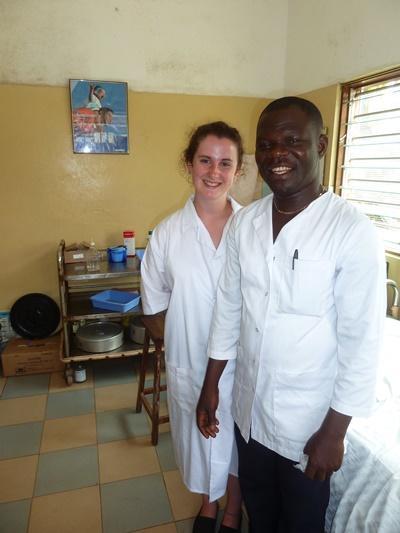 一名醫生和參與Projects Abroad多哥項目的實習生在診所工作