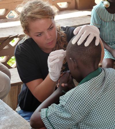 加納醫學志工參與外展工作為病患提供簡單的健康診療服務