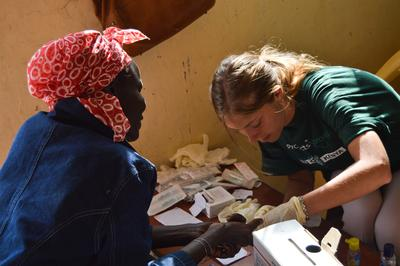 肯雅婦女在我們的醫療外展項目獲得志工的幫忙,接受診療