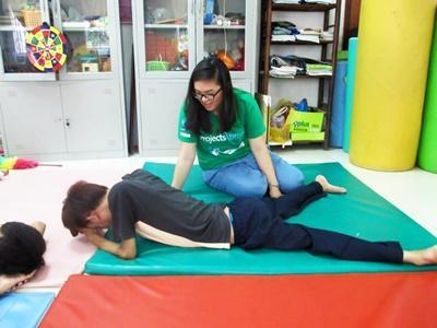 Projects Abroad實習生在越南的復康中心協助進行物理治療的運動