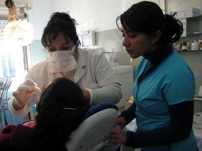志工在阿根廷觀摩牙醫的日常診療工作