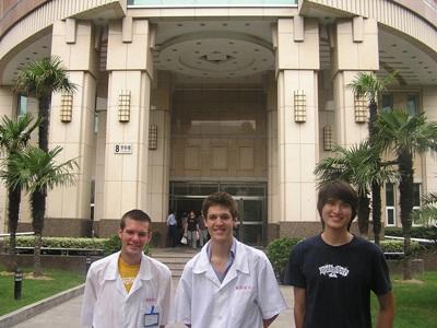 牙醫志工在中國實習單位外合影