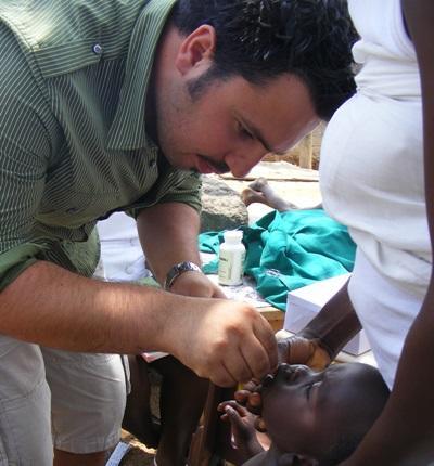 志工在加納幫助當地孩子檢查牙齒