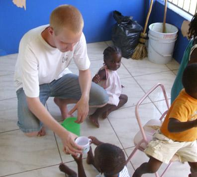 牙醫志工在牙買加的診所給孩子們餵食