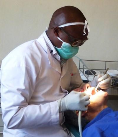 牙醫實習生在肯雅處理牙齒檢查工作