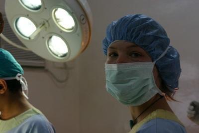 實習生穿上手術衣,在尼泊爾的診所觀摩牙醫進行手術的過程