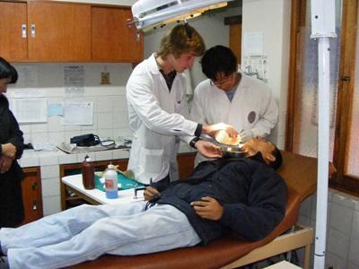 志工參與秘魯的牙醫項目,觀摩牙齒檢查的過程