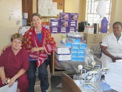 參與牙醫項目的志工和當地的醫護人員