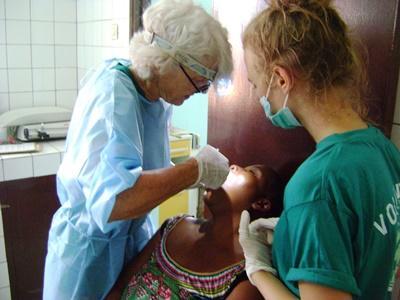 志工參與牙醫項目,在多哥洛美的醫院工作