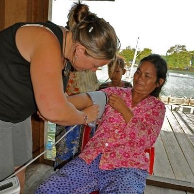 柬埔寨醫學項目志工幫助當地婦女量度血壓