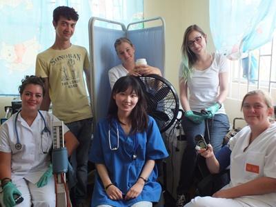 一群Projects Abroad實習生在牙買加醫療外展活動期間的合照.