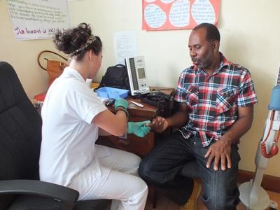 醫療保健實習生在牙買加參與醫療外展工作