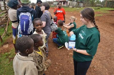 非洲的肯雅兒童從Projects Abroad 醫學項目實習生身上接受驅蟲的診療