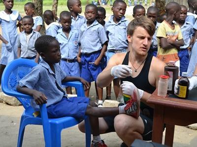 加納醫學項目的醫學實習生幫助當地的孩子