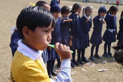 實習生在醫療外展活動裡教導尼泊爾孩子正確的刷牙方式