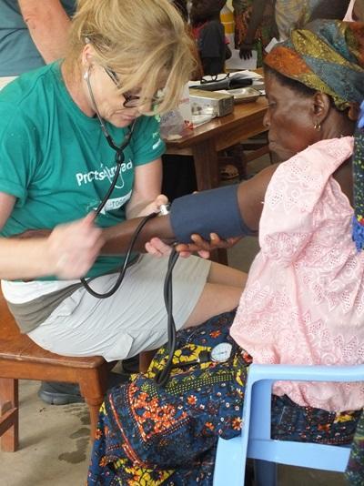 女志工參與多哥的醫療外展工作