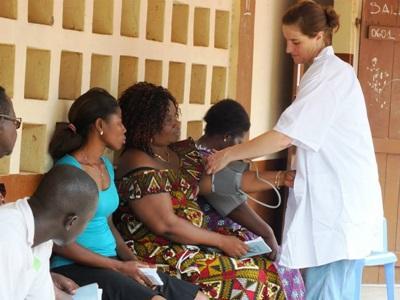 多哥病患等候心臟科醫生看診期間,由Projects Abroad醫學實習生幫忙量度血壓