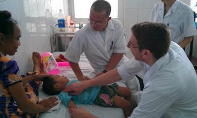 Projects Abroad醫學實習生協助一名越南醫生處理日常醫療工作