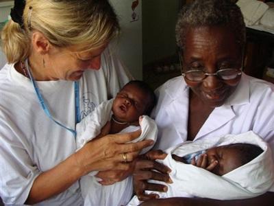 志工參與加納的助產項目幫助照顧新生嬰孩