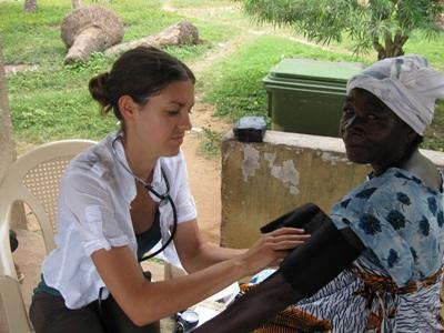 志工為加納女士量度血壓