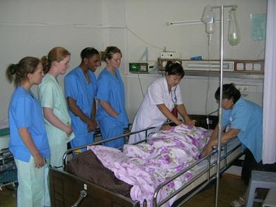 志工參與蒙古的護理實習項目,在醫院觀摩醫護人員如何診療病患