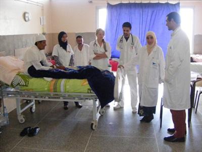 護理實習生在摩洛哥醫院觀摩當地醫生的日常診療情況