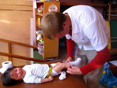 志工在秘魯的護理項目幫孩子穿衣