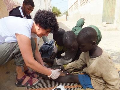 護理志工幫助塞內加爾街上的孩子們