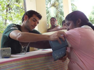 實習生正在為一名斯里蘭卡婦人量度血壓