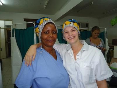 志工參與坦桑尼亞護理項目,與醫護人員合照
