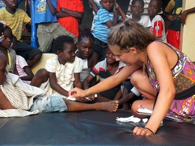護理志工幫孩子包紮傷口