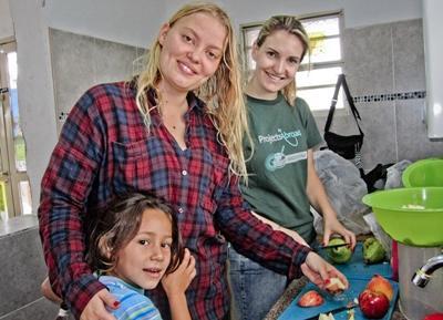志工參與拉丁美洲項目教導社區居民製作健康的水果沙拉