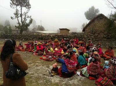 實習生在秘魯的營養治療項目到訪偏遠的農村社區,參與醫療外展工作