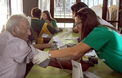 營養治療實習生為當地居民進行身體檢查,同時教育斐濟人明白健康生活的重要性