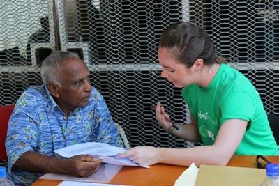斐濟居民參與外展醫療項目聽取Projects Abroad營養治療實習生的飲食建議