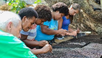 Projects Abroad營養治療實習生在南太平洋地區工作,幫助斐濟村民播種,種植蔬菜食用